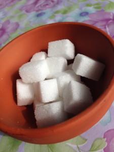 Sockerbitar gör det enkelt att få bort det brända i en kastrull
