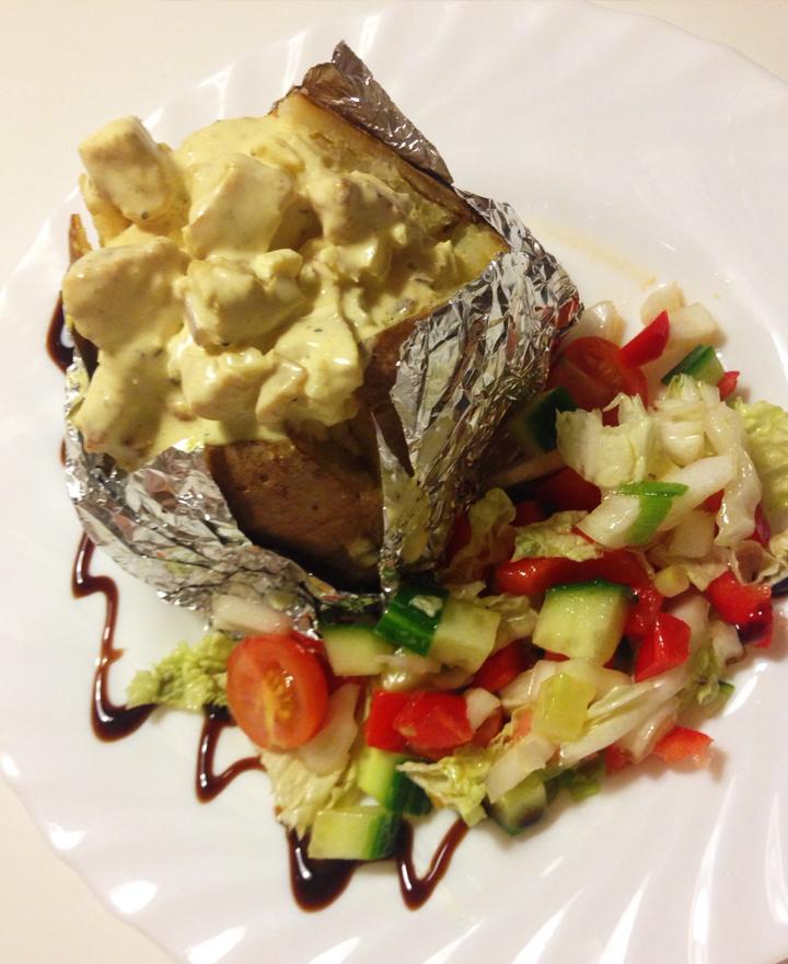 Smarrig kycklingröra till bakad potatis