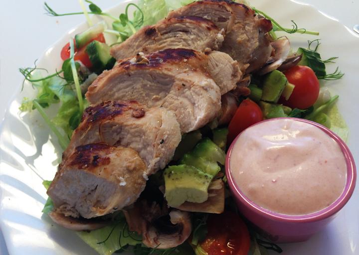 Fräsch kycklingfilé med sallad och rhode island