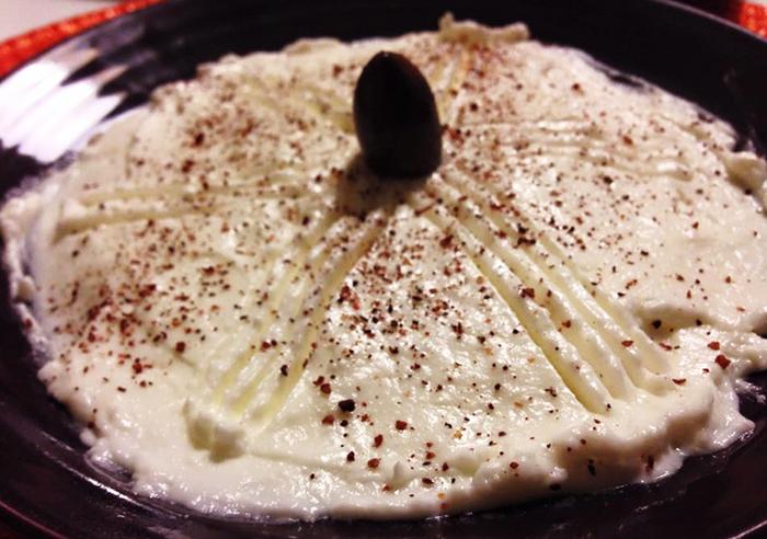 Gott till grillat –äkta libanesisk vitlökskräm