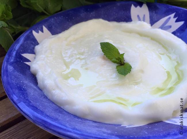Libanesisk vitlökskräm för två (gott till kött eller fisk)