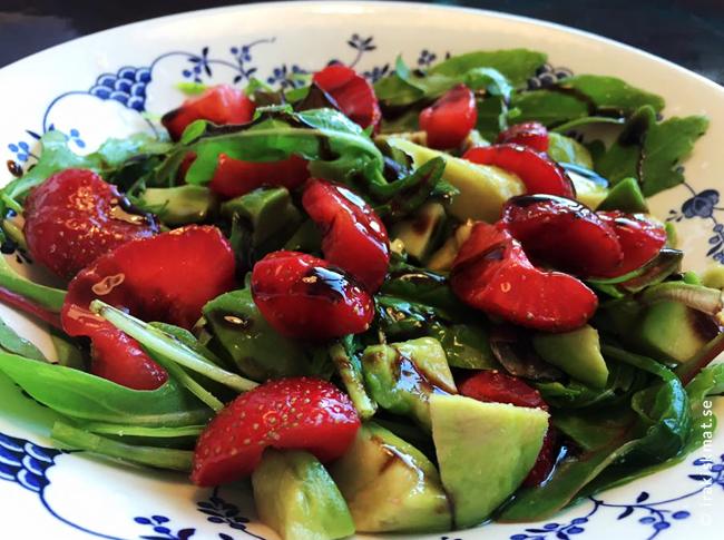Bästa sommarsalladen –jordgubbar, avokado, ruccola och balsamvinäger
