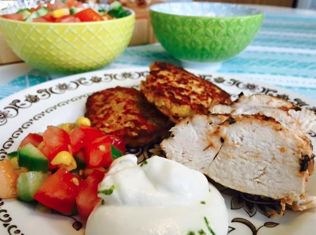 Saftig kycklingfilé med röda linsbiffar och limeyoghurt