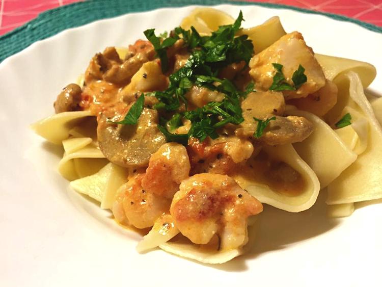Underbart god pasta med torsk och räkor och champinjoner