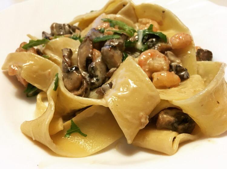 Grymt krämig pasta med lax, räkor, champinjoner och ädelost