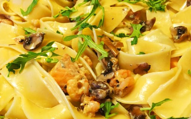 Gräddig pasta med lax, räkor, färska champinjoner och ädelostsås
